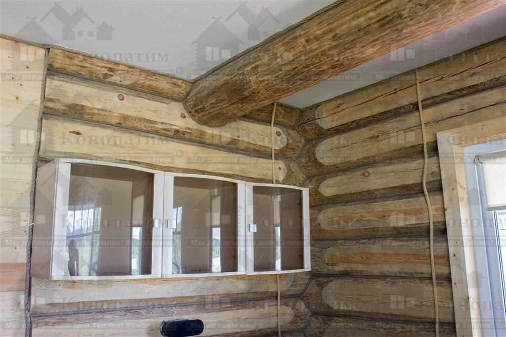 Фото-внутренняя конопатка сруба дома ручной рубки в районе Лупполово.