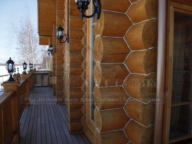 Фото- внешняя конопатка дома ручной рубки из сосны на реке Свирь в Ленинградской области.