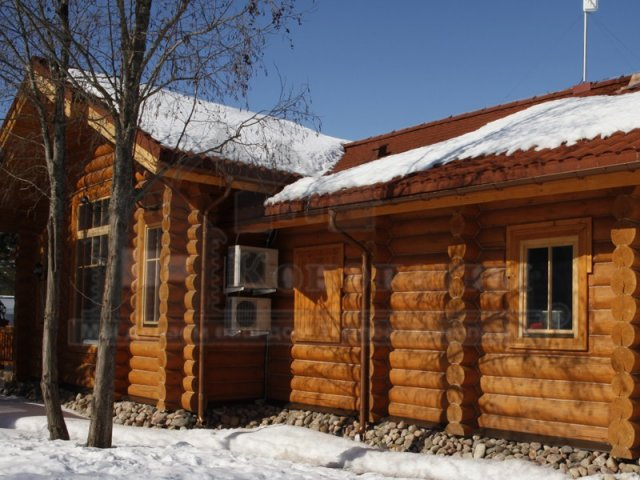 Фото- внешняя конопатка дома ручной рубки из сосны на реке Свирь в Ленинградской области. Фото конопатки дома - Вид со двора.
