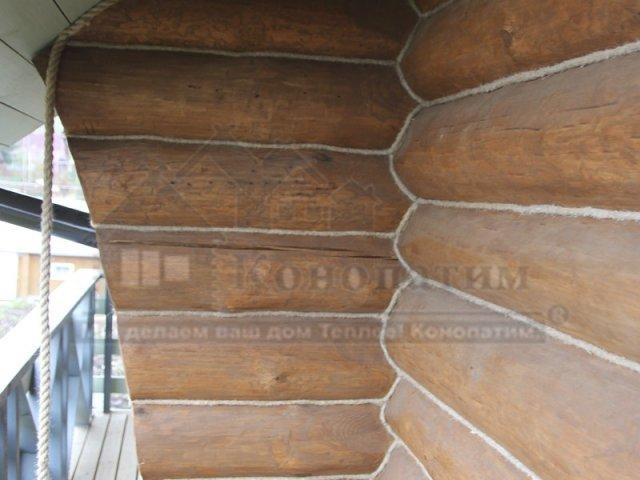 Фото-внешняя конопатка дома ручной рубки в Симагино. Конопатка угла. Декоративный канат.