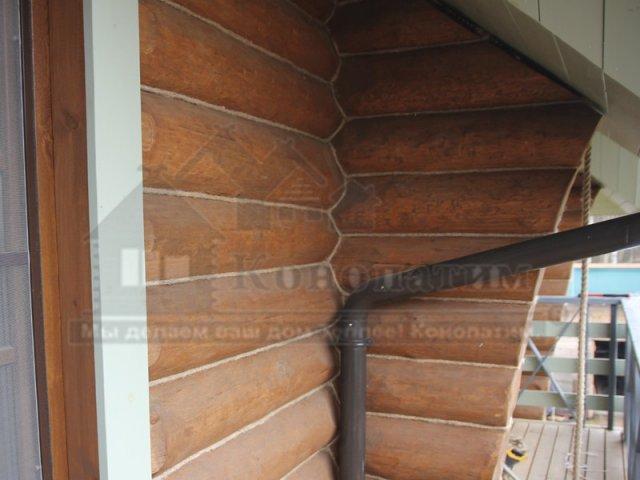 Фото-внешняя конопатка дома ручной рубки в Симагино. Конопатка угла сруба.