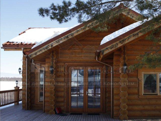 Фото- внешняя конопатка дома ручной рубки из сосны на реке Свирь в Ленинградской области. Фото конопатки дома - Вид на вход.