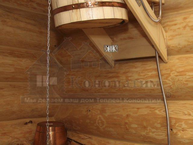 Фото-пример нанесения герметика по технологии теплый шов на бревно ручной рубки. Помывочная.