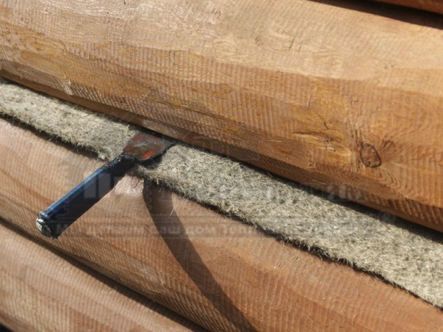 Фото-пример конопатки дома ручной рубки с помощью металлического зубила. Зубило для конопатки -основной инструмент в работе!