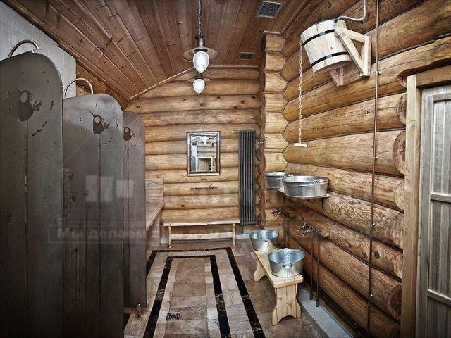 Фото душевых банного комплекса после внутренней конопатка сруба бани ручной рубки у метро Озерки.