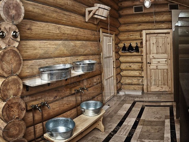 Фото помывочных банного комплекса после внутренней конопатка сруба бани ручной рубки у метро Озерки.