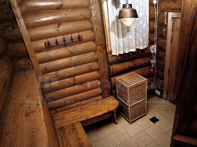 Фото раздевалки банного комплекса после внутренней конопатка сруба бани ручной рубки у метро Озерки.