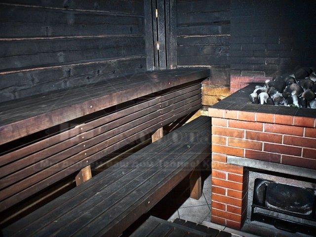 Фото бани по-черному после внутренней конопатка сруба бани ручной рубки у метро Озерки.