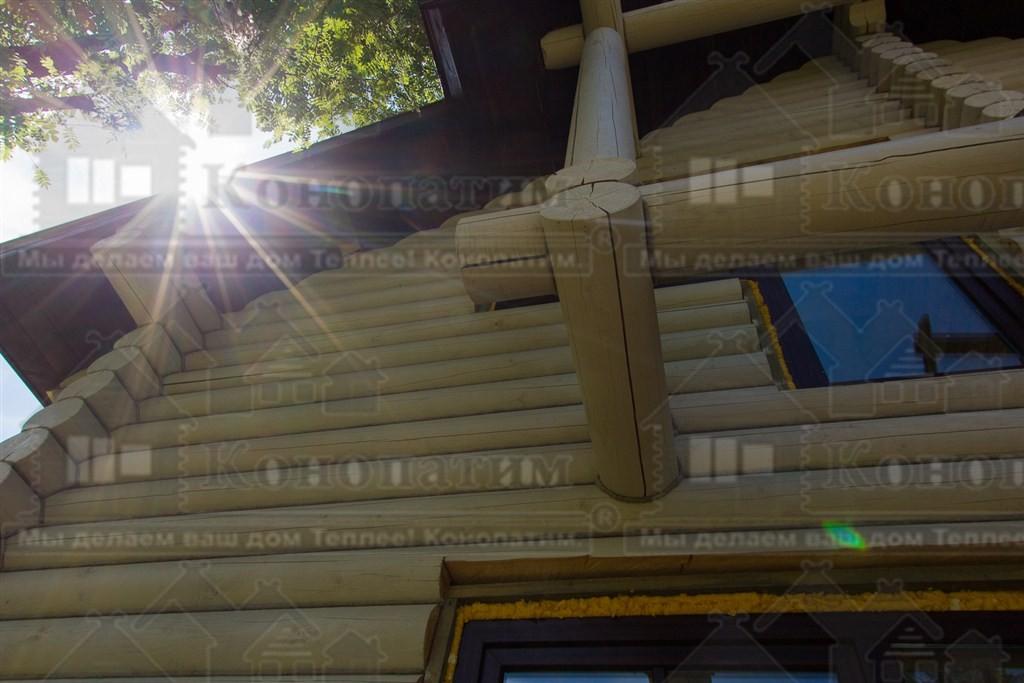Фото-внешняя конопатка сруба ручной рубки в районе озера Гупуярви.