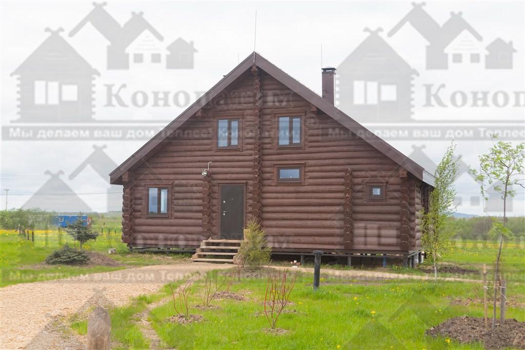 Фото-конопатка комплекса деревянных строений в Псковской области. Конопатка жилого дома.