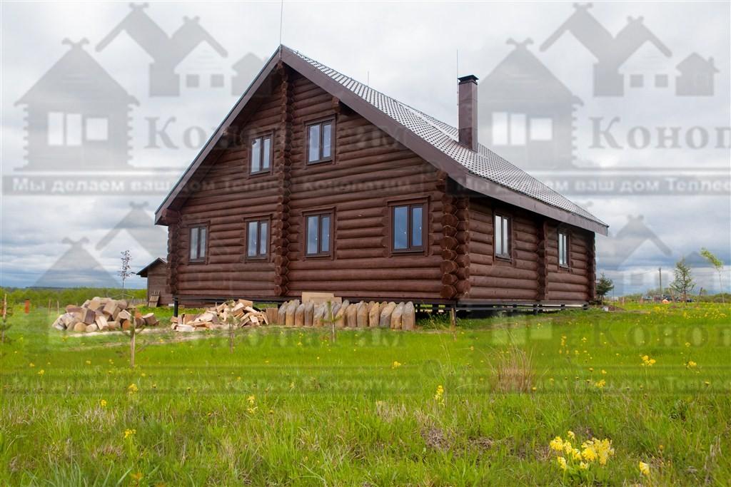 Фото-внешняя конопатка комплекса деревянных строений в Псковской области. Конопатка жилого дома.