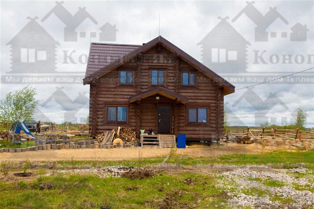 Фото-внешняя конопатка комплекса деревянных строений в Псковской области. Конопатка конюшни.