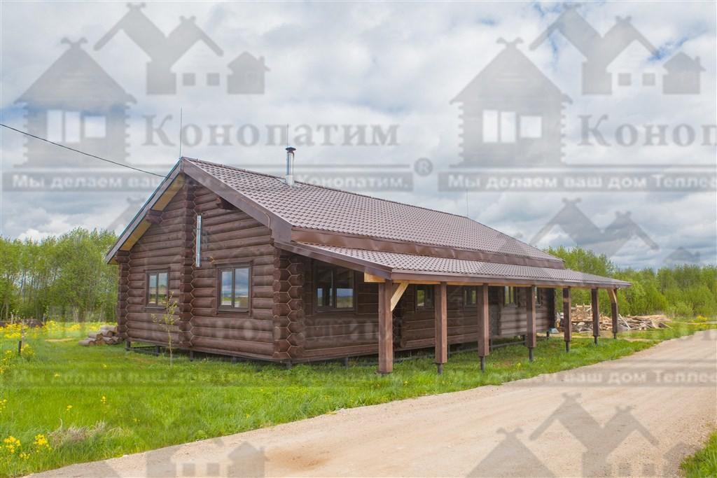 Фото-конопатка комплекса деревянных строений в Псковской области. Конопатка стен пекарни.