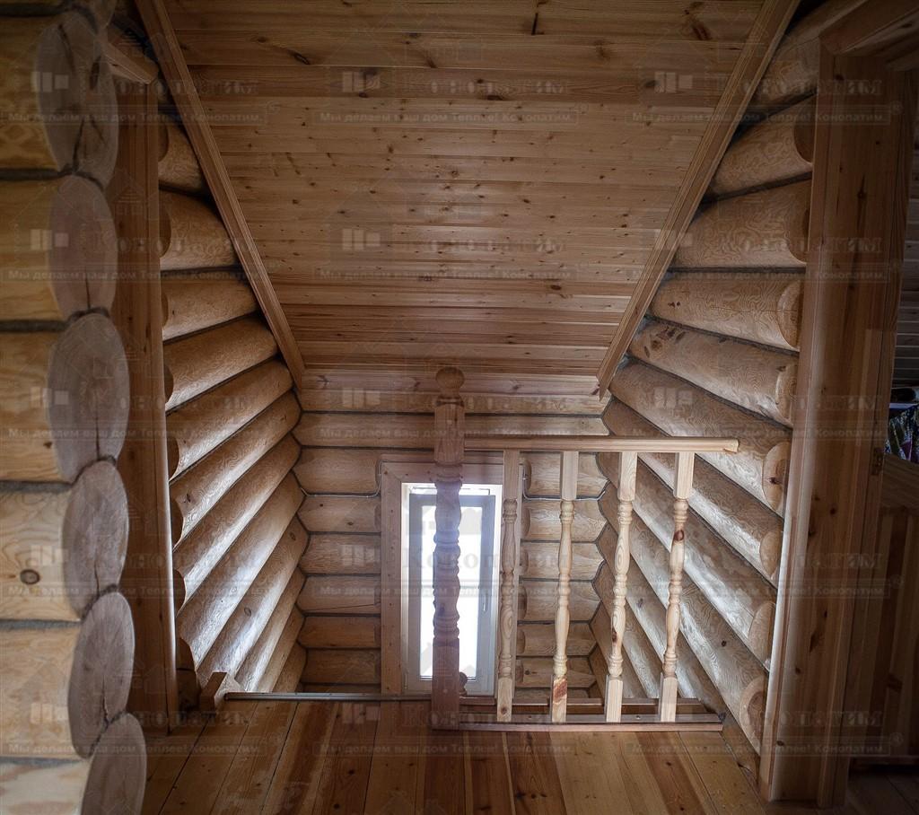 Фото-внутренняя конопатка стен сруба ручной рубки в поселке Красное.