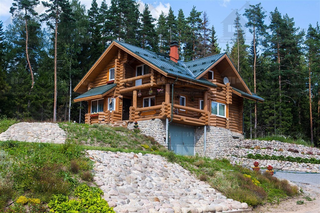 Фото-внешняя конопатка стен сруба ручной рубки в поселке Красное.
