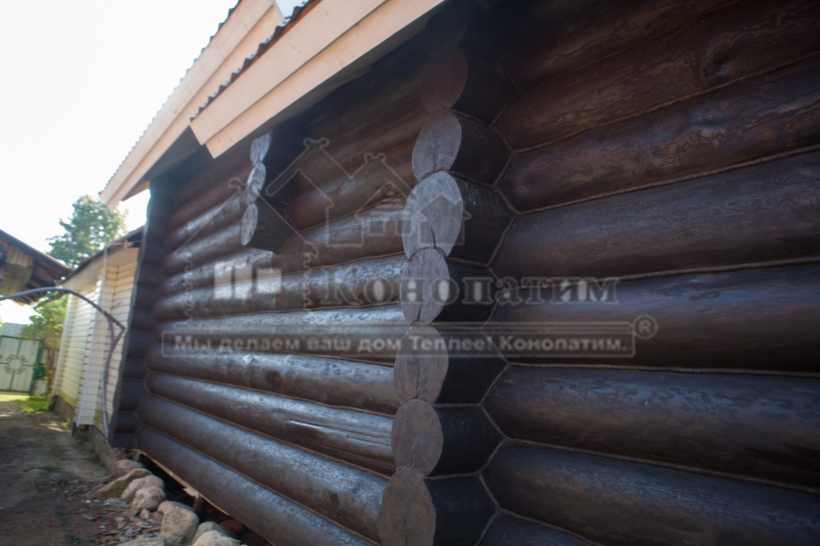Фото-внешняя покраска и конопатка стен деревянного сруба в районе Пос. Куровицы.