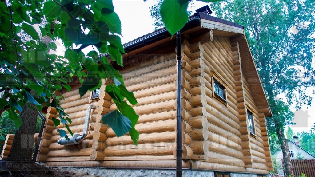 Фото-внешняя конопатка сруба бани ручной рубки в районе Орехово.