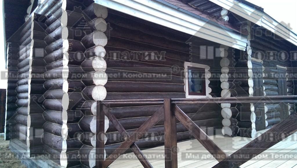 Фото-внешняя конопатка стен деревянного сруба ручной рубки в районе деревни Нижняя Шальдиха.