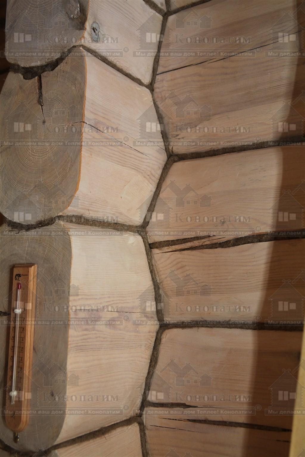 Фото-конопатка внутренних стен дома норвежской рубки в пос. Лебяжье. Переруб крупным планом.