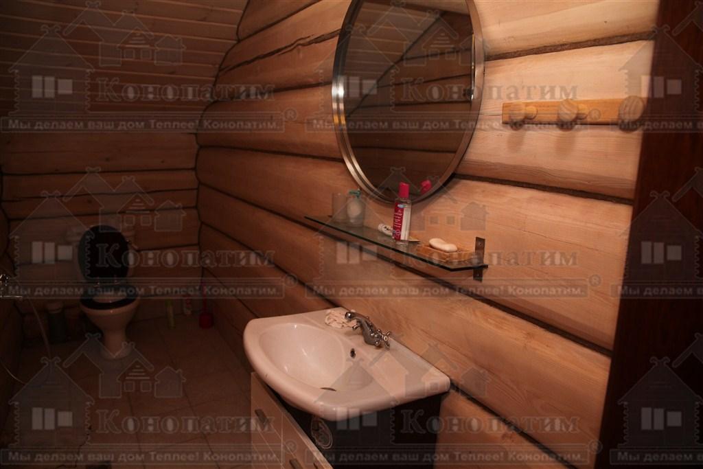 Фото-конопатка внутренних стен дома норвежской рубки в пос. Лебяжье. Туалет.