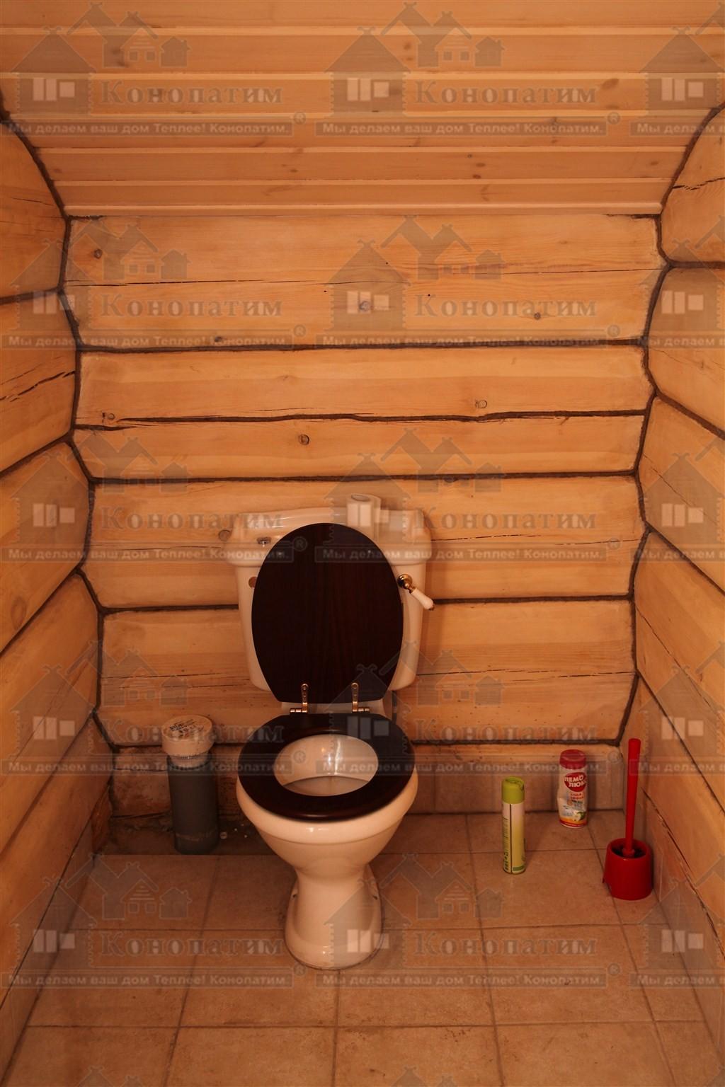 Фото-конопатка внутренних стен дома норвежской рубки в СНТ Лебяжье. Туалет.