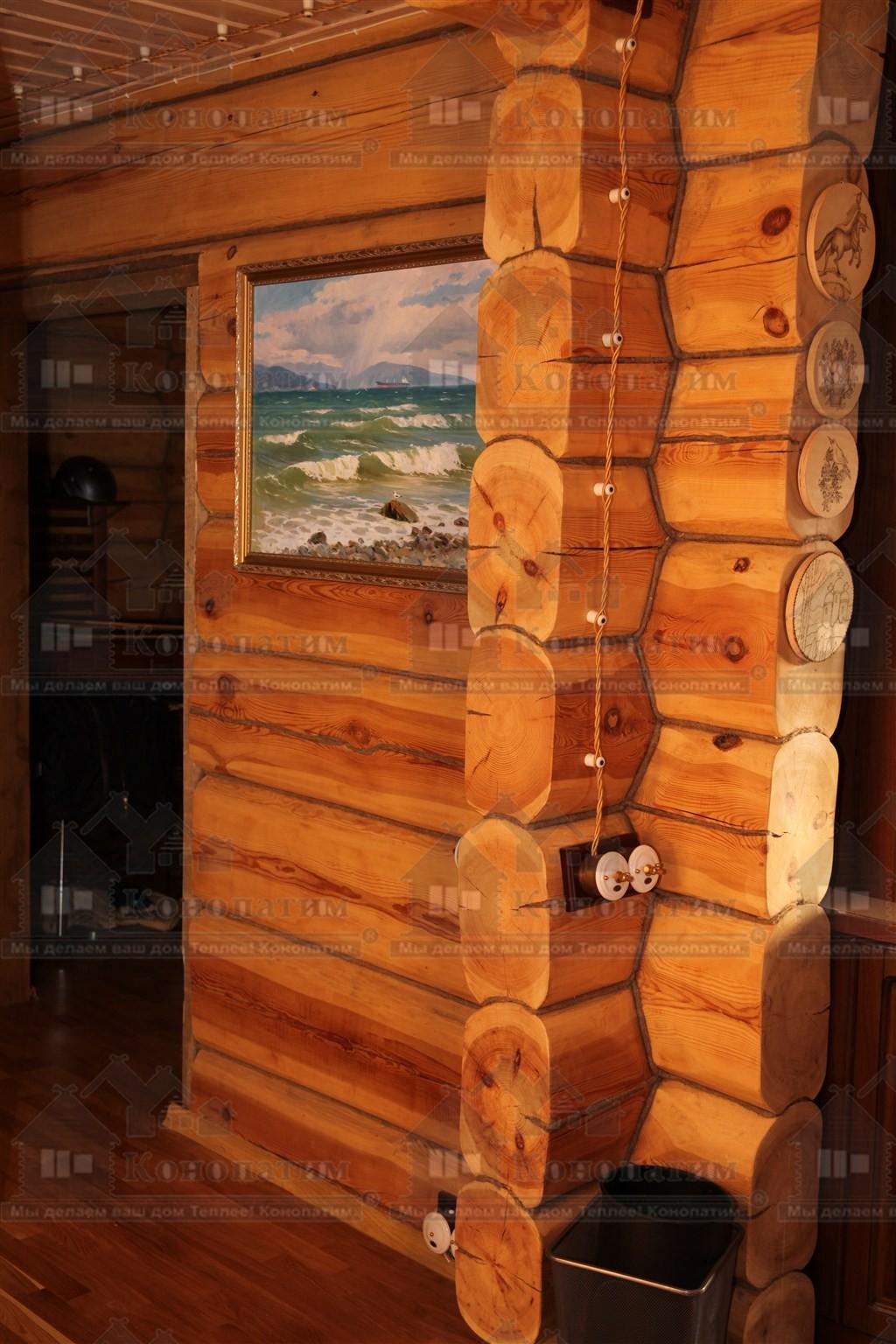 Фото-конопатка внутренних стен дома норвежской рубки в пос. Лебяжье. Переруб.