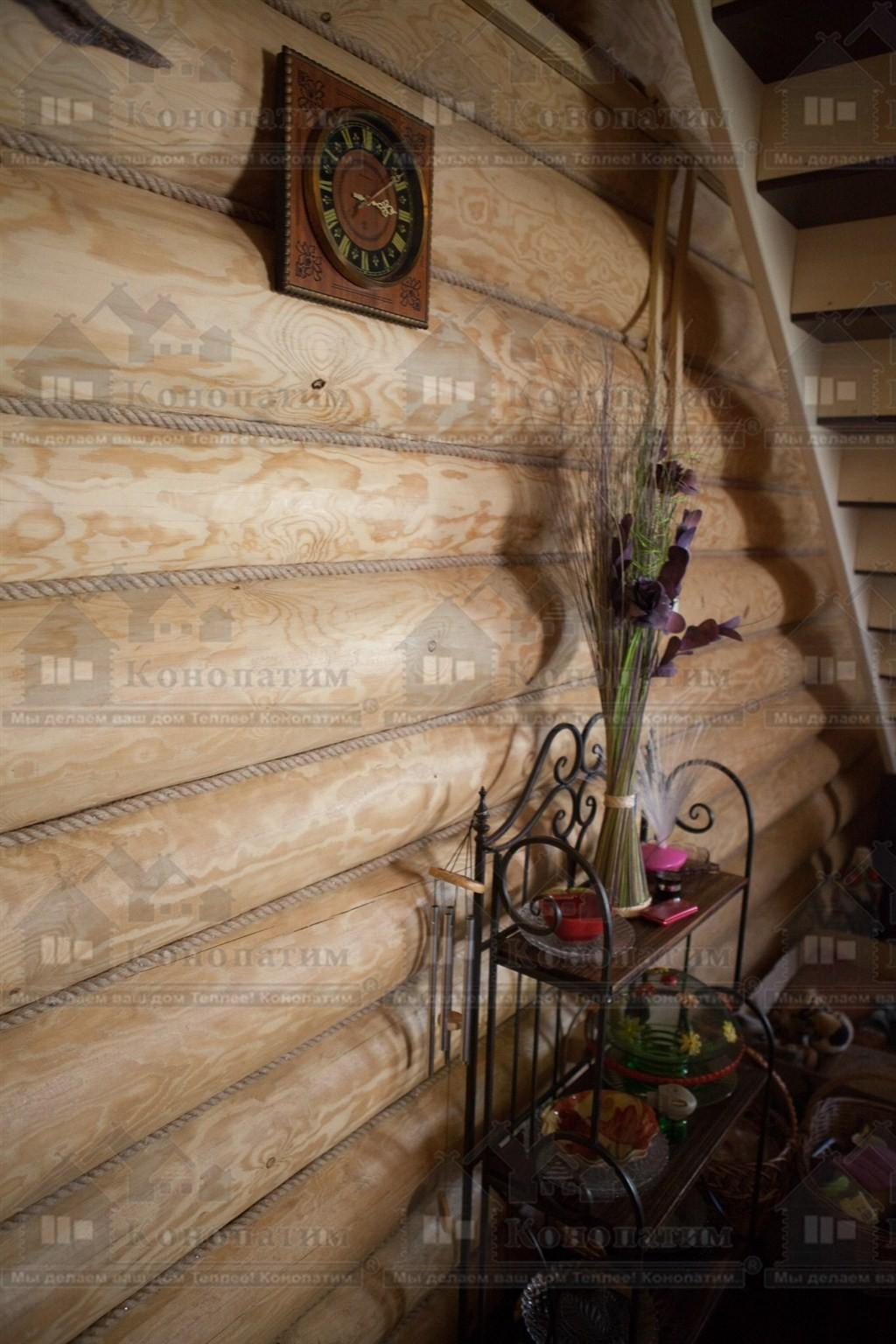 Фото-внутренняя конопатка сруба ручной рубки в районе города Кириши.