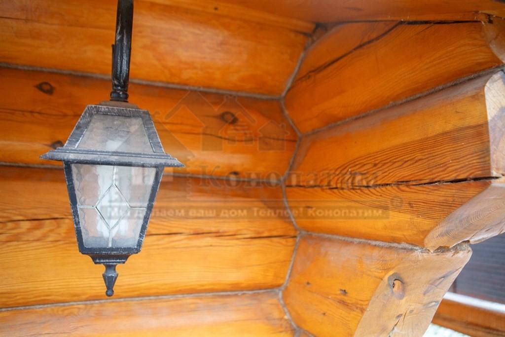 Фото-конопатка внешних сруба дома норвежской рубки в Вороново.