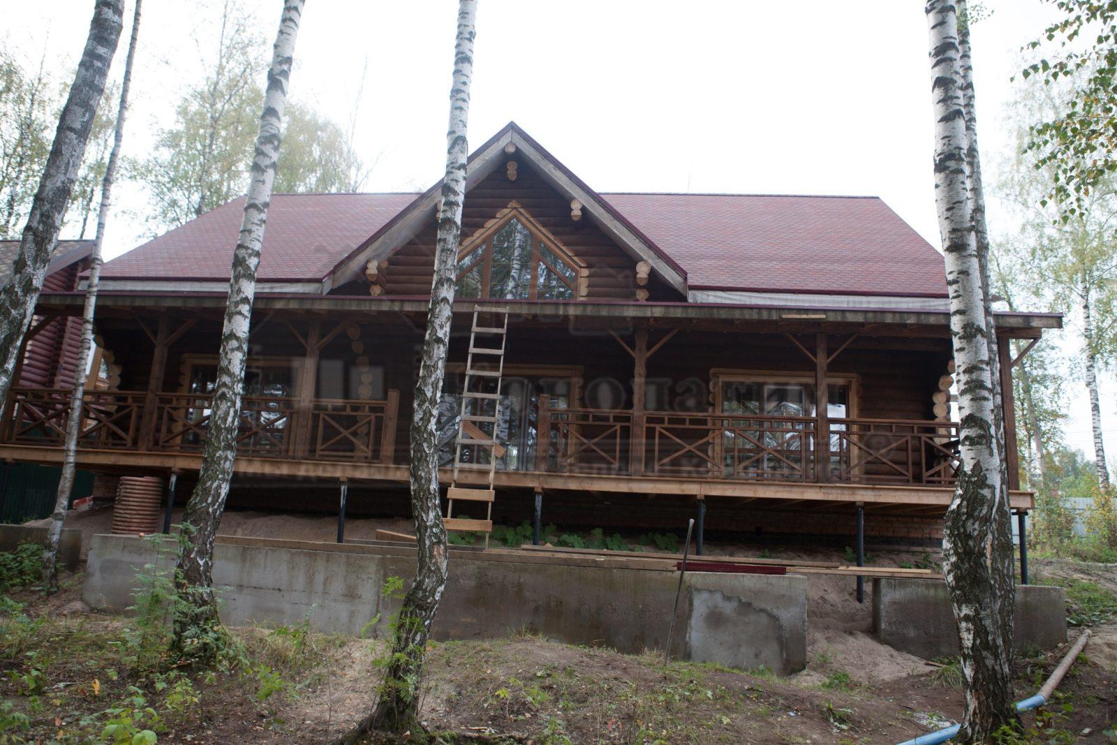 Фото-внешняя конопатка стен деревянного сруба ручной рубки в Вирках.