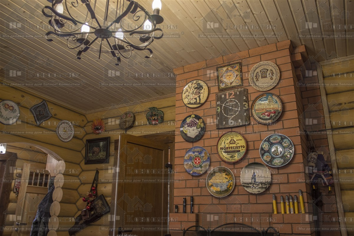 Внутренняя конопатка сруба в Заходском, коллекция тарелок на печке.